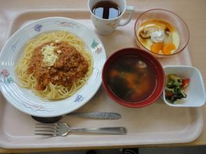 ・ミートソーススパゲティ ・イタリアンサラダ ・コンソメスープ(ミックス ワカメ) ・プリンアラモード風